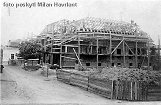 Fotografie stavby knihovny z roku 1890.